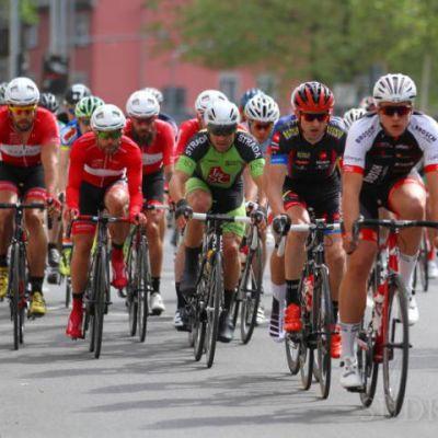 Fahrerfeld beim City-Radrennen